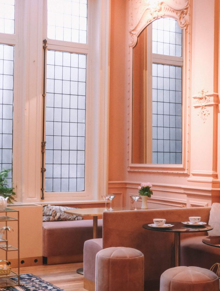 Powder pink wals, ceilings and stools for an incredible high tea experience in Antwerp